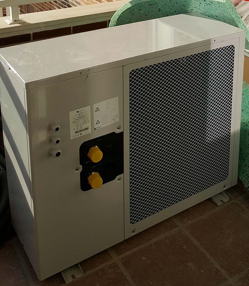 Parte trasera de la unidad exterior de una aerotermia, por donde aspira el aire para realizar el intercambio de temperatura.