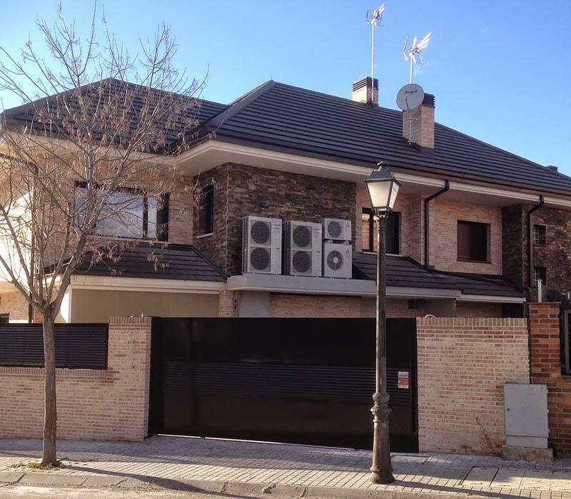 Aerotermia instalada en fachada de vivienda unifamiliar.