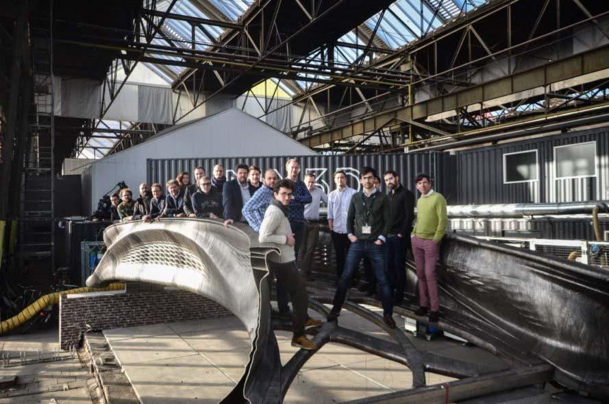 Prueba de carga con 30 personas del puente impreso en 3D usando acero del proyecto MX3D.