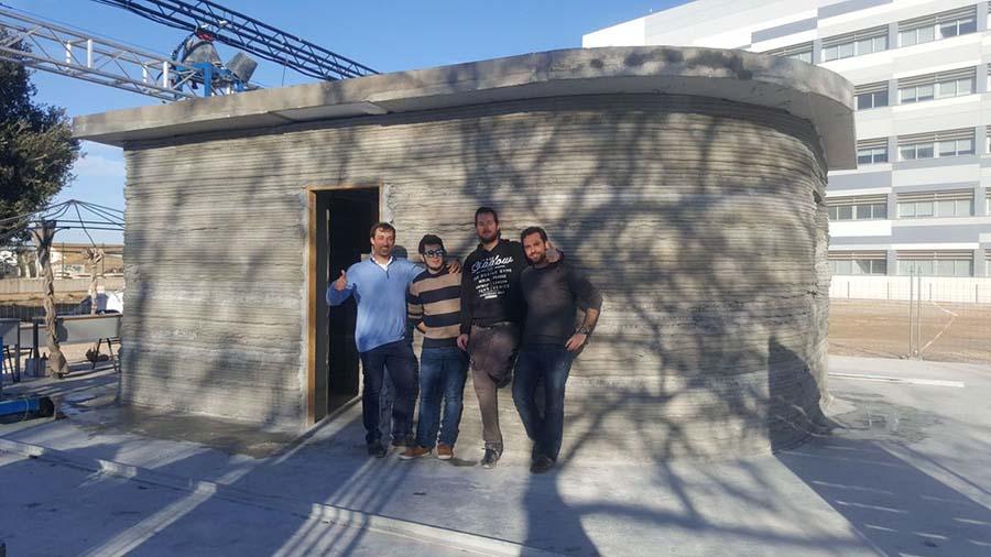 La primera vivienda impresa in situ en 3D de España y el equipo de Be More 3D.
