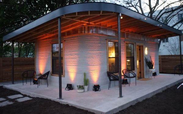Prototipo de vivienda impresa en 3D de la empresa ICON. Se observa que la cubierta es de madera e independiente de la parte impresa en 3D.
