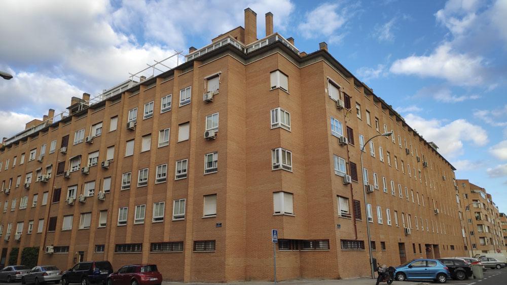 Edificio de Madrid con múltiples ampliaciones en áticos.