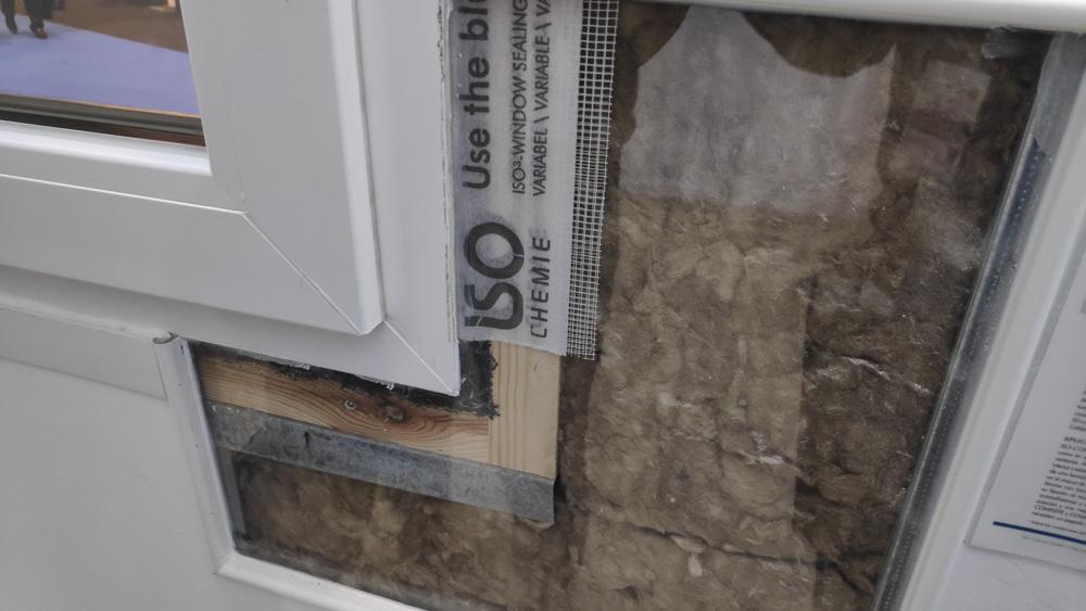 Detalle de una ventana correctamente colocada para evitar puentes térmicos.