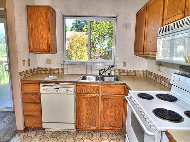7711 kitchen.jpg