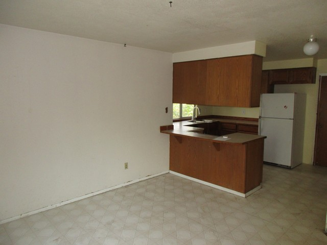 7015 kitchen.jpg