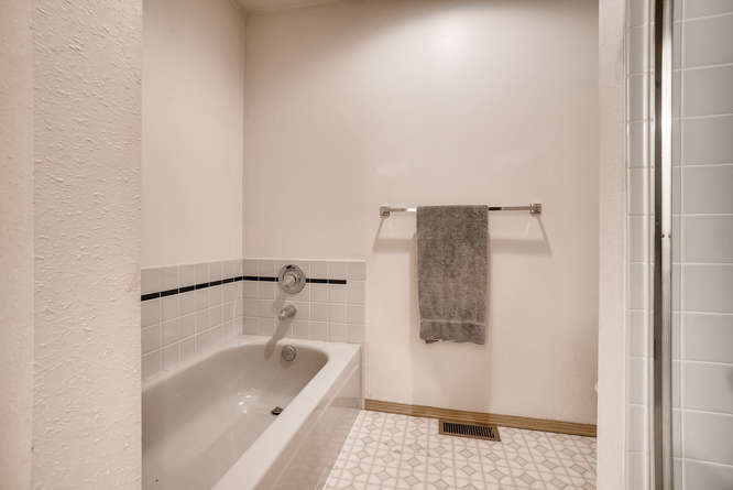8001 NE 150th St Kenmore WA-small-021-12-2nd Floor Master Bathroom-666x445-72dpi.jpg