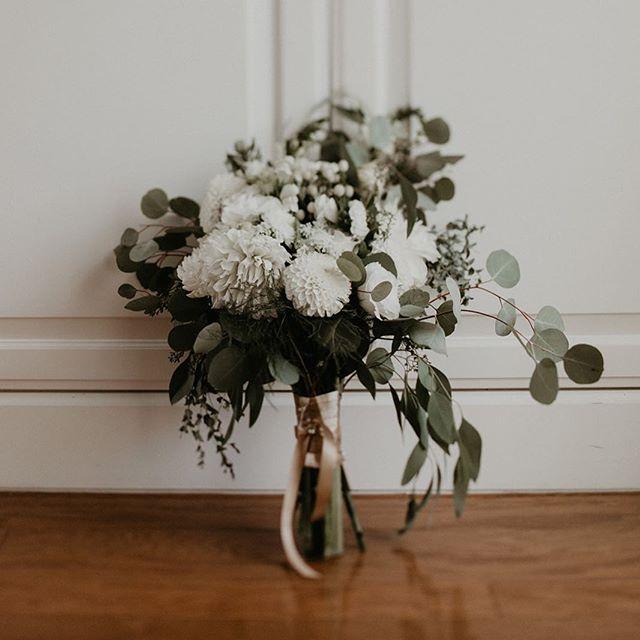 To have and to hold Photography: @itsmelissarey • • • • • • • • • • •  #weddingflowers #florals #florist #socalweddings #wedding #ocflorist #laflorist #bridal #floraldesign #bride #floraldesigner #floralarrangement #weddingplanning #summerwedding #eventflowers #flowers #socalbrideblog #socalbride #wintewedding #engaged #engagement #socalbrideblog #theknot #weddingforward #junebugweddings #greenweddingshoes #bohowedding #bohobride #mayeshoc