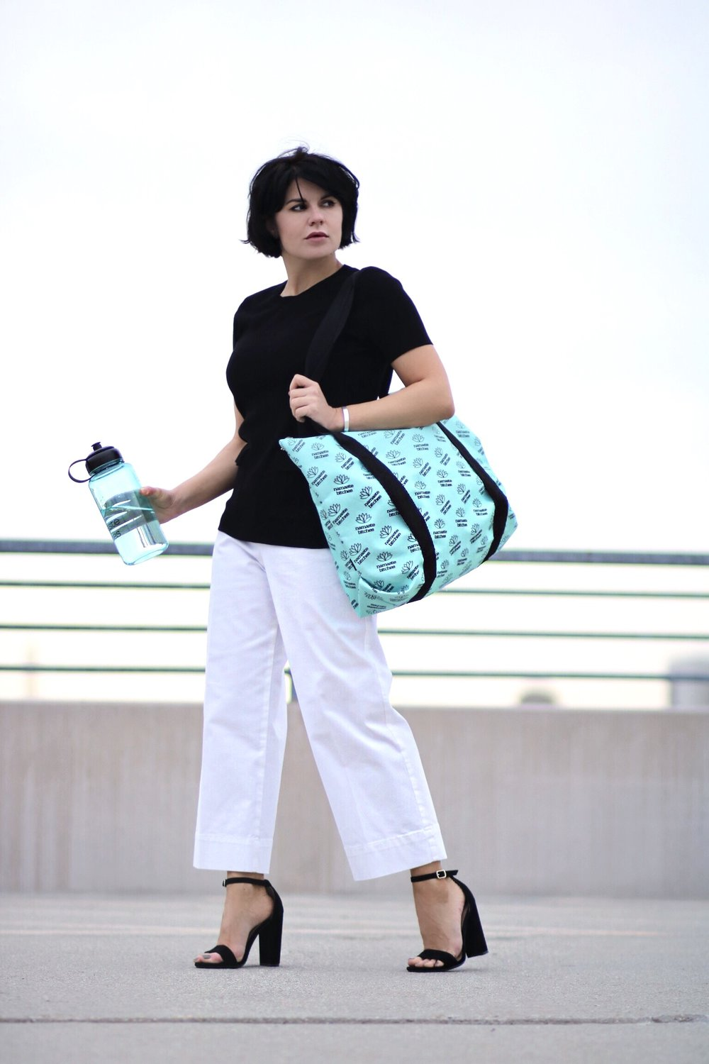 Blogger white pants black top streetstyle