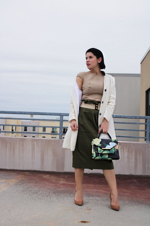 beige-top-khaki-skirt-outfit-petites-streetstyle