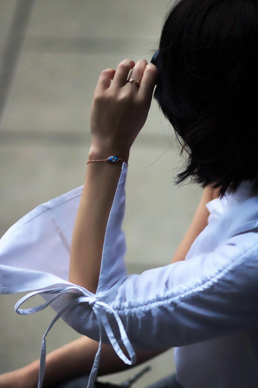 mejuri-close-up-evil-eye-bracelet