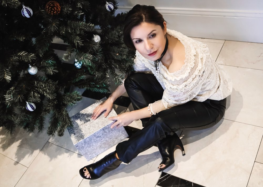 isabel-alexander-sitting-pretty-lace-top-holiday-look