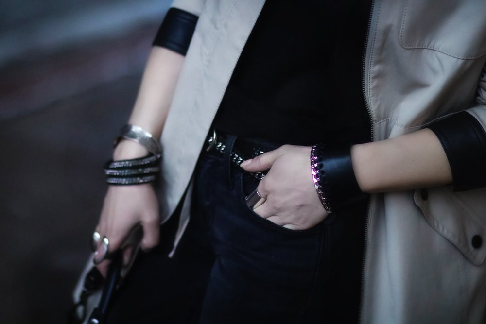 Isabel-Alexander-details-leather-bracelet-TheDarkeShop