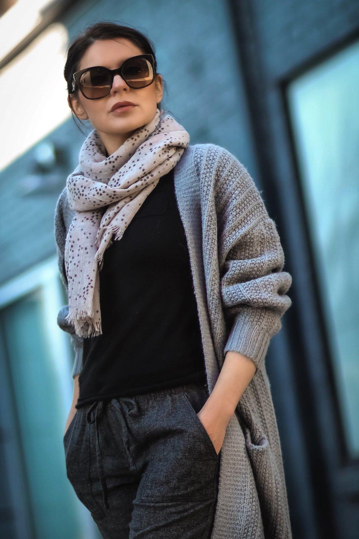Isabel-Alexander-airport-attire-star-scarf