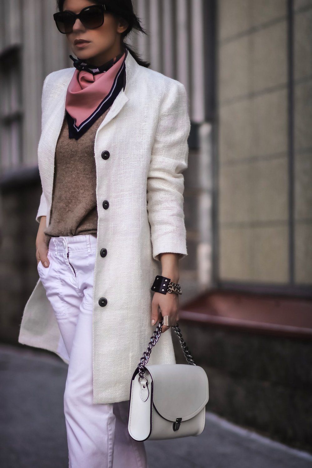 Isabel-Alexander-streetstyle-outfit-white-coat-denim