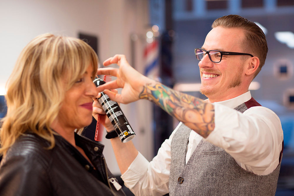 Friseurmeister und Hair-Stylist Pascal Schymick frisiert Dame