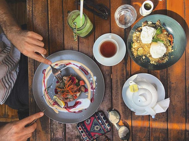 Brunching #proteinstyle @bukit___cafe 🍴☕️🍳 Quinoa salad w poached eggs, tuna tartare Hawaiian style, earl grey and green juice for the win 🙌🏼 #brunchvibes #healthystarts #happymonday #balieats #bukitcafe #feelingjoy