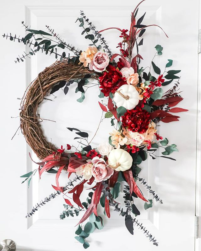 I know you're probably sick of seeing these wreaths but I'm just in love with all these custom wreaths I get asked to make! This one had more red and I'm in love!! ⠀⠀⠀⠀⠀⠀⠀⠀