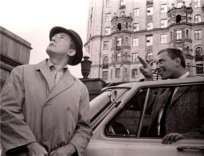 На фото:   главный герой фильма «Берегись автомобиля» (1966) блаженный Юрий Деточкин (актёр Иннокентий Смоктуновский) социально активен, в то время как его антигерой прагматичный делец Дима Семицветов (актёр Андрей Миронов) руководствуется сугубо личными интересами. Кто из них идиот?