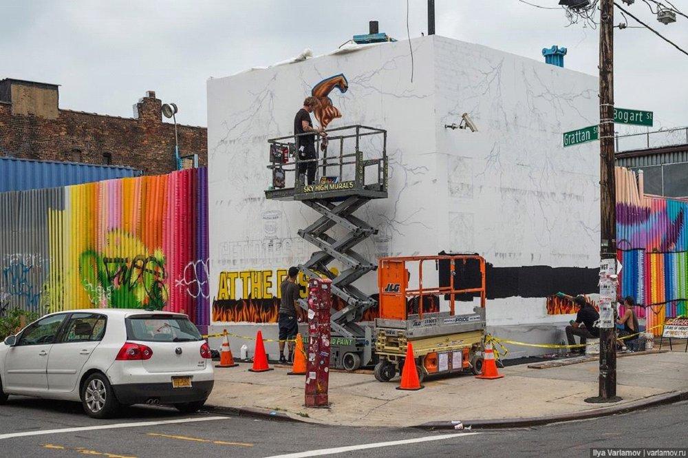 Нью-йоркские мастера уличного искусства за работой Фото: varlamov.ru