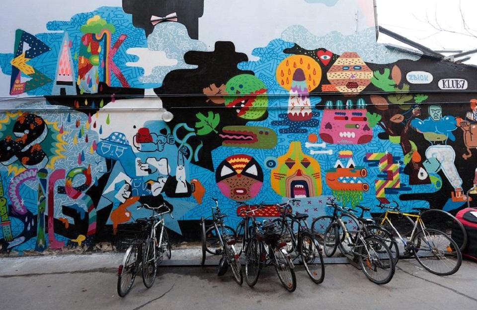 Рисунки отлично вписываются в интерьер города и нередко используются в рекламных целях. Фото: varlamov.ru