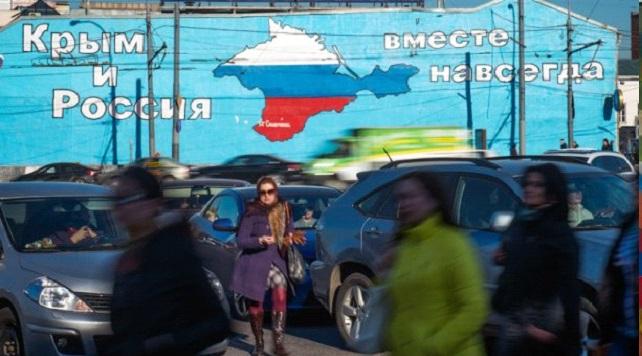 """Работа """"Крым и Россия. Вместе навсегда"""" вызвала много негативных отзывов у уличных художников. Помимо этого, её появление не было согласовано с властями, поэтому через несколько дней стену закрасили. Фото: http://163gorod.ru"""