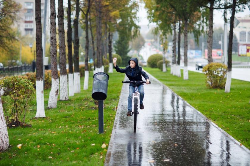 Рядом с дорожками стоят специальные урны для велосипедистов.