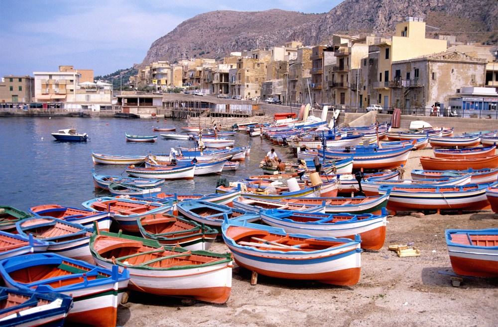 Barques_de_pêche_sur_la_plage_d'_Aspra_(1).jpg