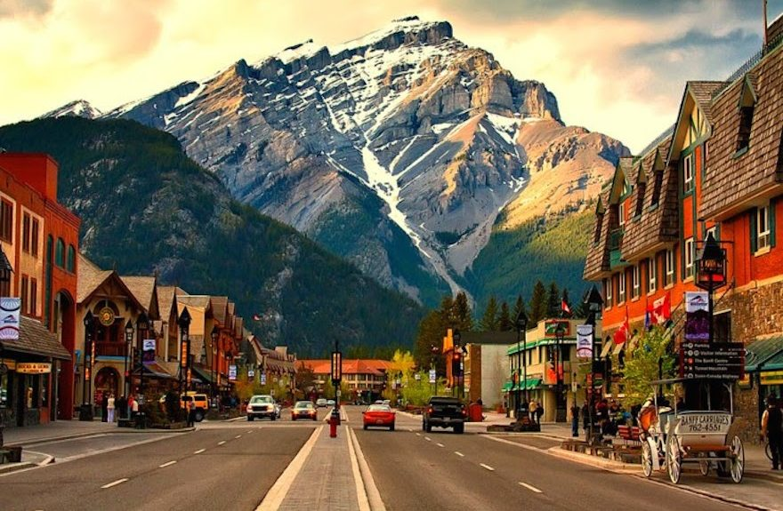 Banff-Avenue-–-the-Heart-of-the-Beautiful-Town-in-Canada1-880x575.jpg