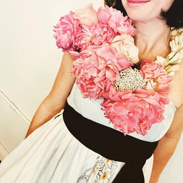 hasta el cuello en peonias!! #peonies #dandelionflowershop 💐🌹🌷🌸🌺🍄