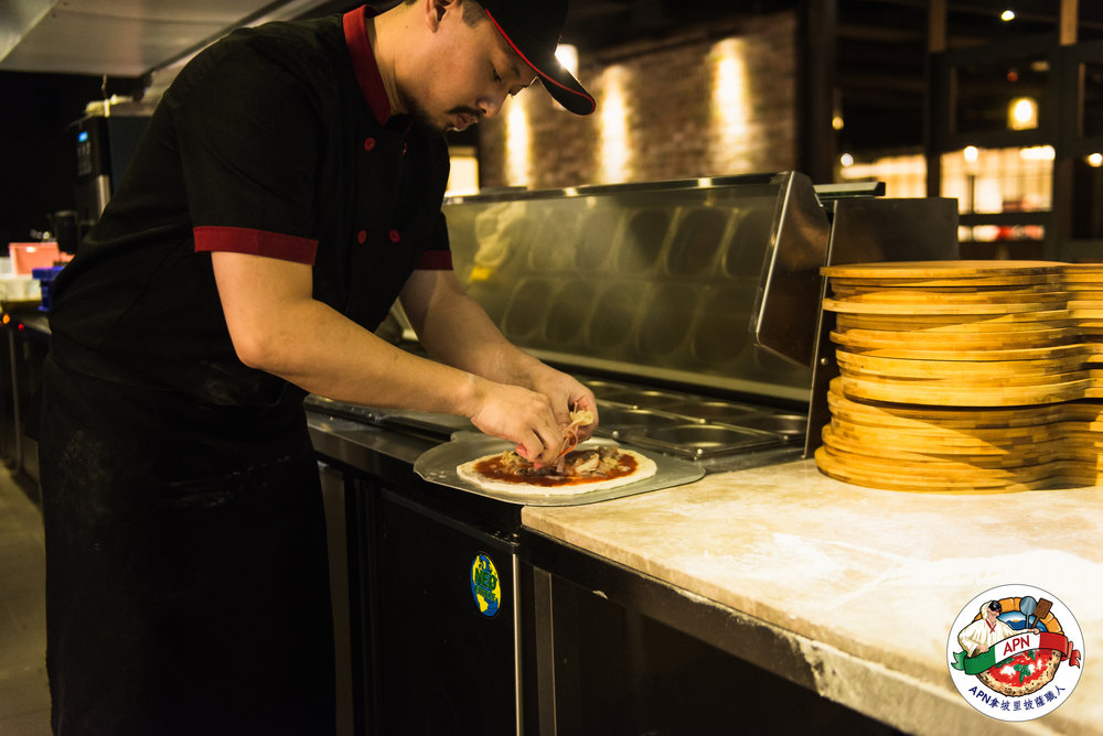 APN職人認證 - 主廚皆通過APN義大利拿坡里披薩職人專業認證以義大利進口頂級窯烤爐配合職人專業手感揉製烘烤出令人吮指的美味披薩