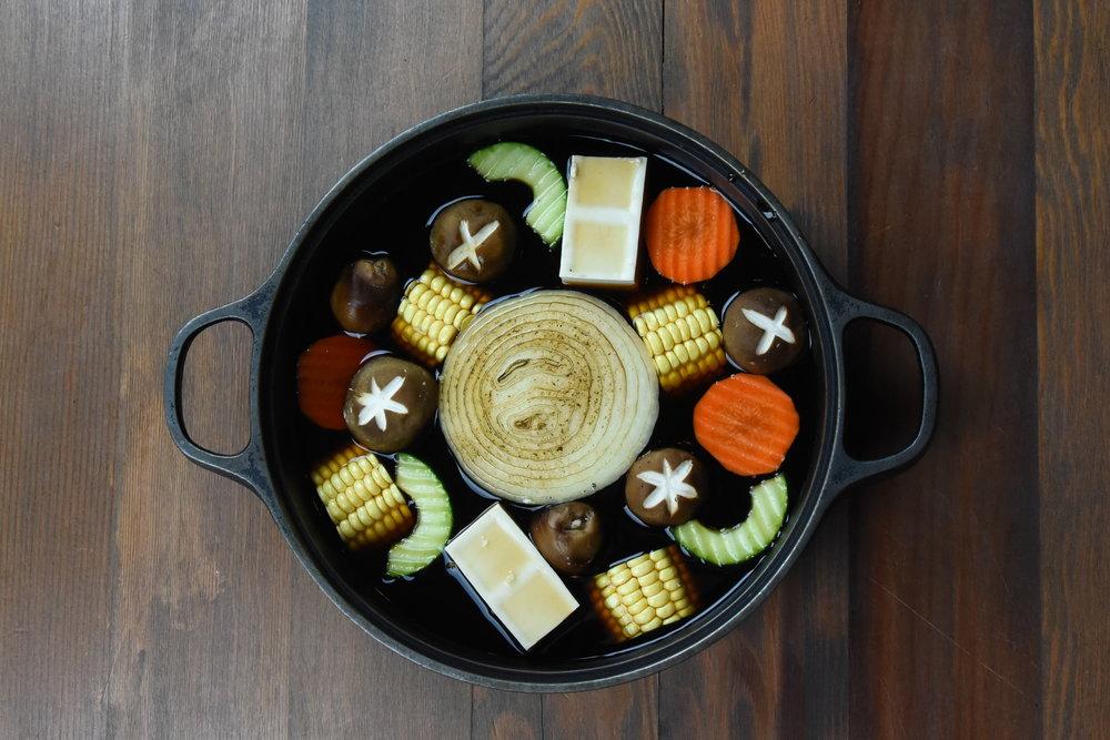沖繩湯頭いちりゅう - 招牌壽喜鍋以柴魚醬油加入沖繩名產「黑糖」一同熬煮,撲鼻而來的陣陣香味,搭配七種頂級肉品及台東小農新鮮現摘昭和菜,巴蔘,咸豐草,紅莧菜等72種珍貴野菜,與您一同品嚐來自沖繩。最美味的壽喜燒鍋物料理。