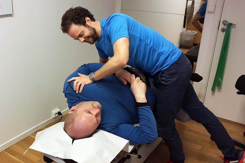 Kai Ramfjord går til behandling hos kiropraktor og oppfordrer alle sine ansatte med muskel- og skjelettplager til å gjøre det samme.