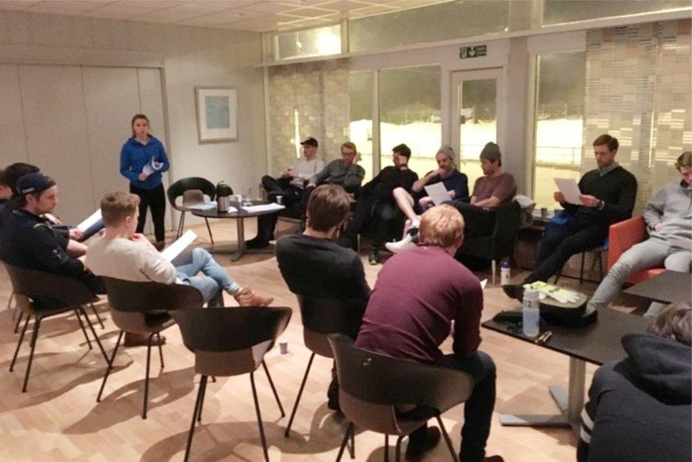 Fysioterapeut Ane Selseth holder foredrag til spillergruppen, om optimalt kosthold før, under, og etter kampene. FOTO: Fokusklinikken