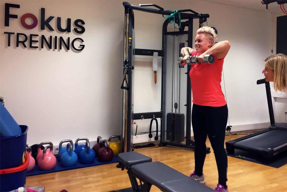 Pia Fossum opplever at Ina har god kunnskap om grunnleggende muskulatur og ser en stor fordel av at hun er fysioterapeut i tillegg til PT.