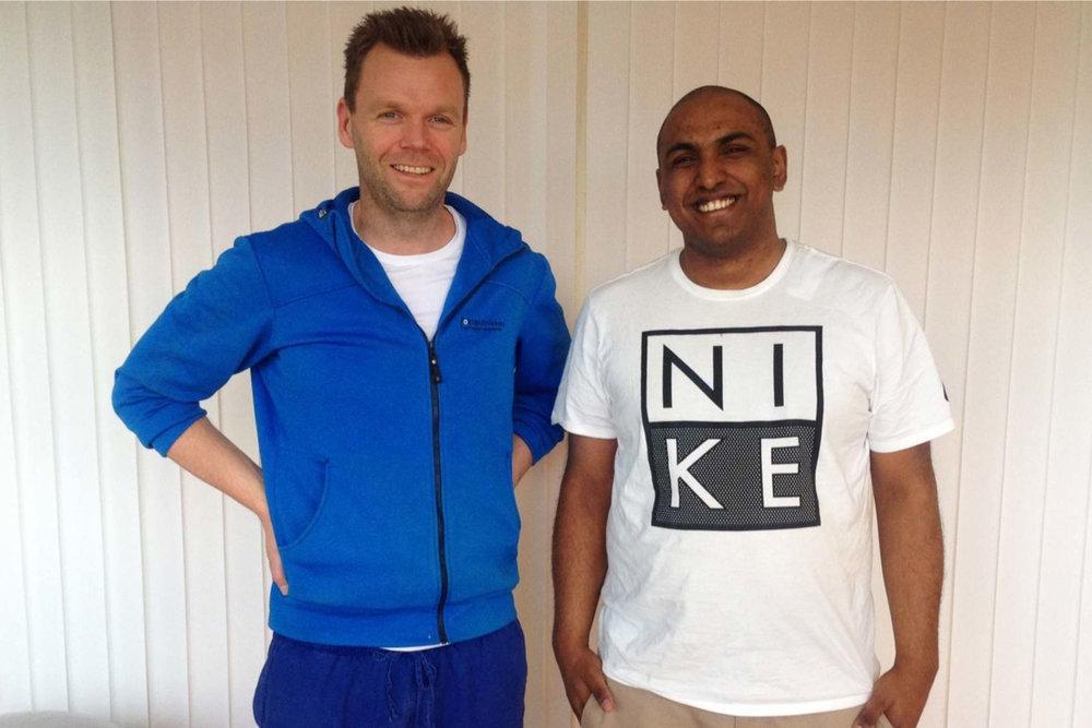 Karan jobber på Ikea og er glad han har behandlingsforsikring gjennom jobben. Her sammen med kiropraktor Anders Bjercke.