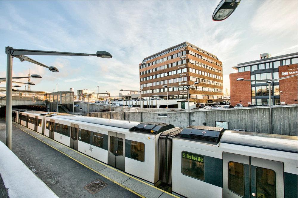 """Fokusklinikken Økern holder til i """"Bohusbygget"""" rett ved Økern T-bane og busstasjon. Vi disponerer fire gratis parkeringsplasser rett utenfor inngangspartiet."""