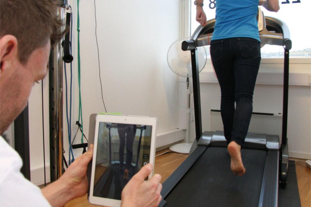 Her foretas en løpsanalyse for å kartlegge fotens belastningsmønster. Foto: Fokusklinikken