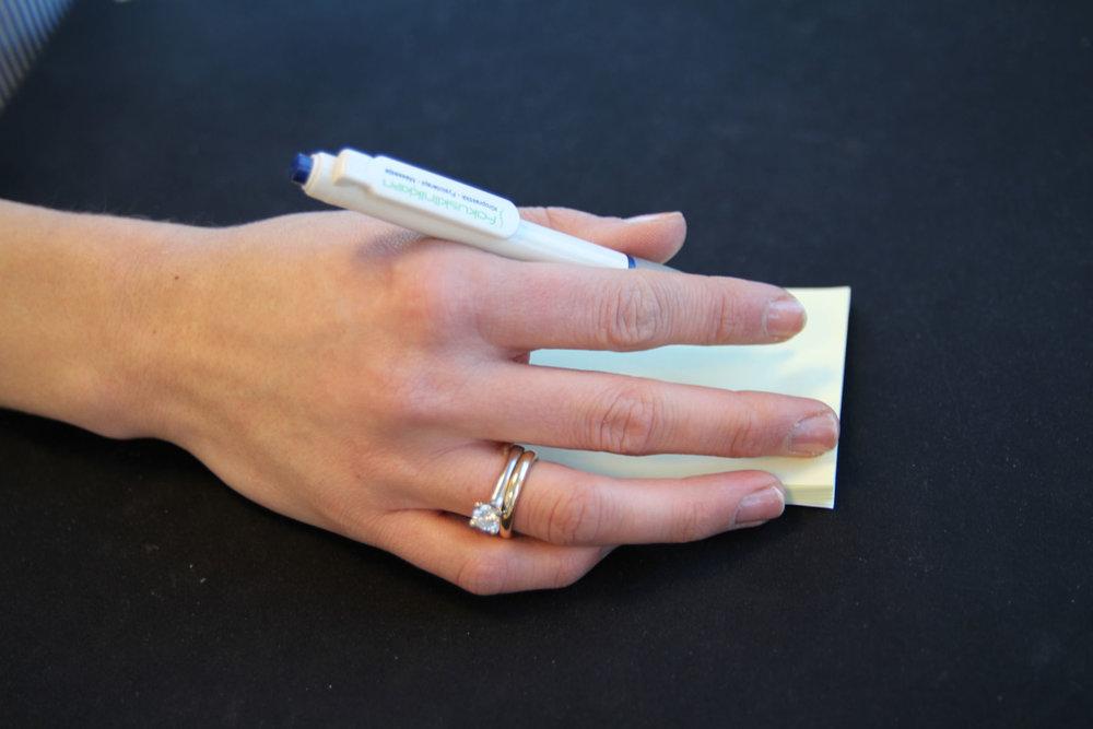 Karpaltunnelsyndrom (carpal tunnel syndrom) kjennetegnes med smerter, nummenhet og/eller svakhet i hånden og håndleddet.