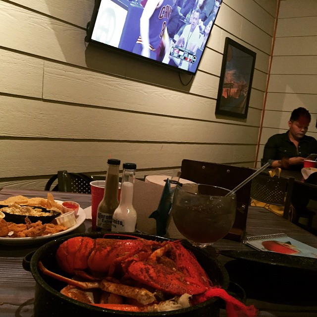 Seafood + #NBAPlayoffs + my hitta = Great night  (at Joe's Crab Shack)