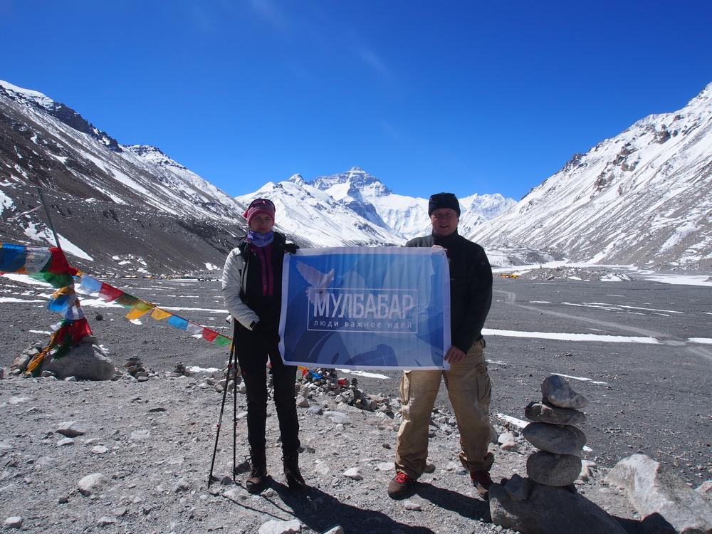 На заднем плане — Эверест. На переднем — флаг Мулбабара, который захватил с собой в базовый лагерь  Игорь Уткин