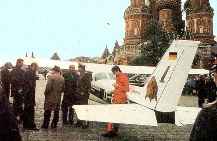 Советские люди приветствуют немецкого гостя