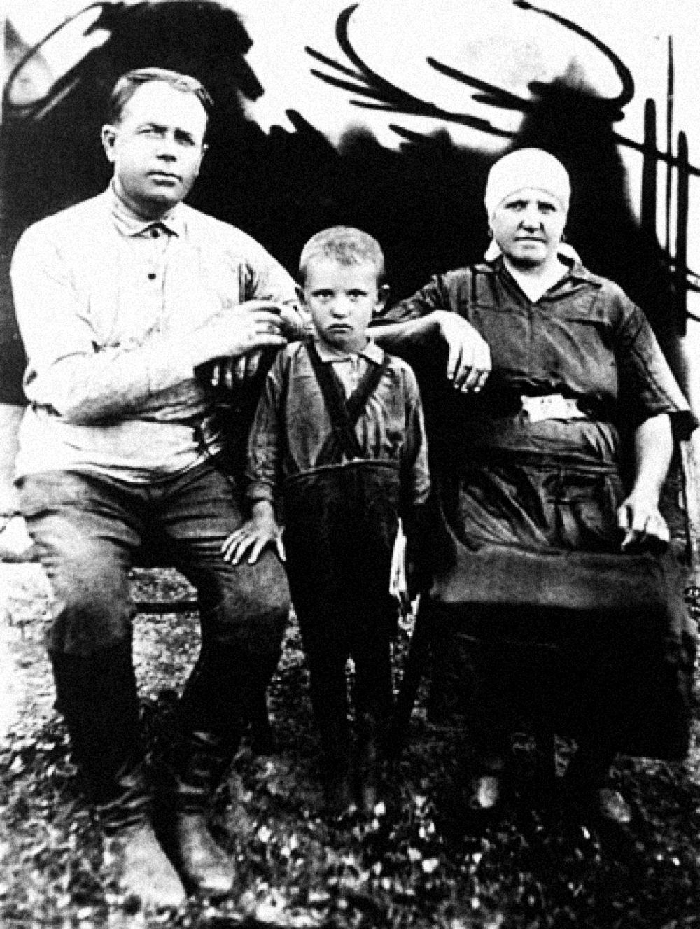 Миша Горбачев с дедом Пантелеем и бабушкой Василисой