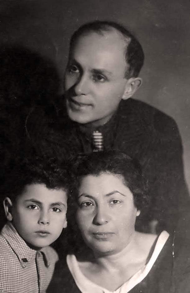 Мой папа вместе со своим родителями, фотография сделана в 1937 году