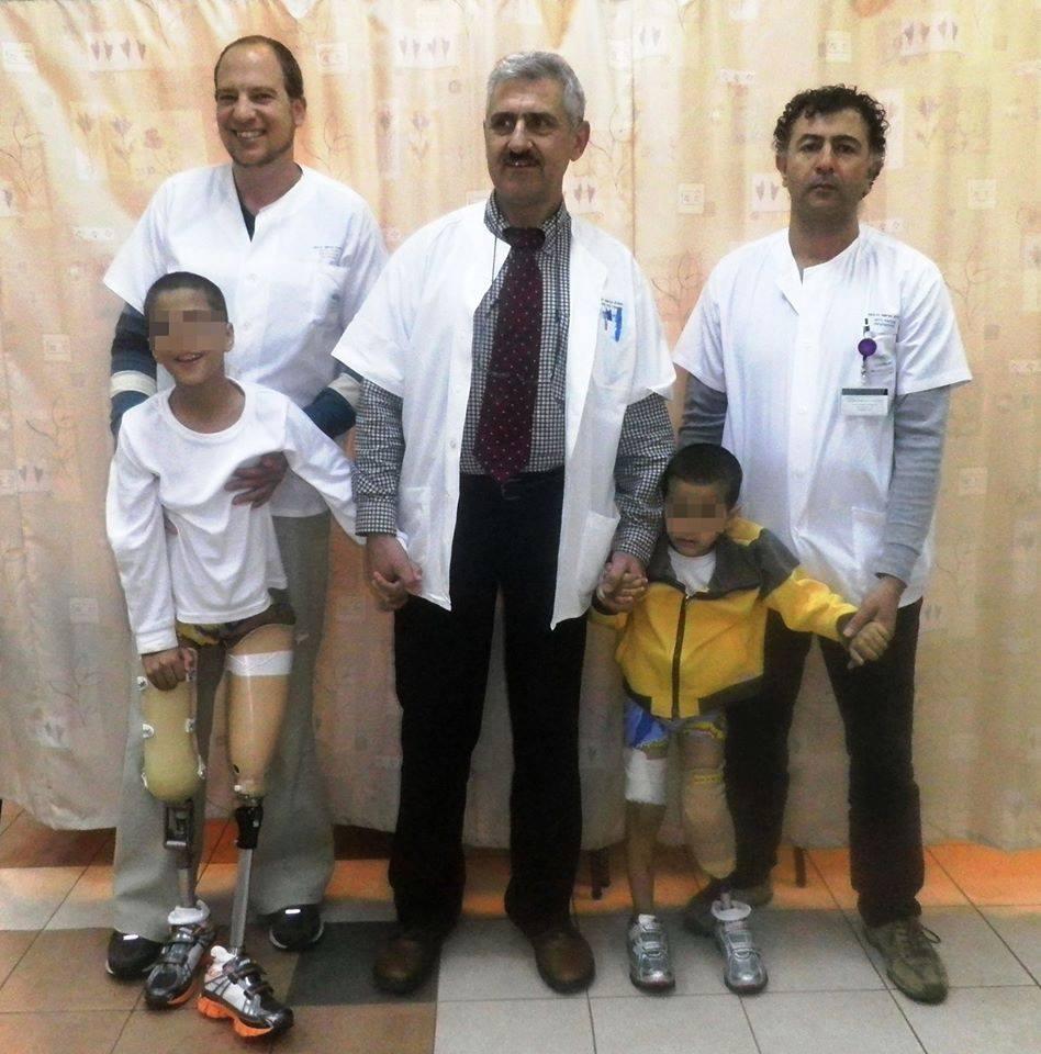 Заведующий ортопедическим отделением доктор Александр Лернер и его коллеги с ранеными детьми перед выпиской | Фото: Хана Бикель