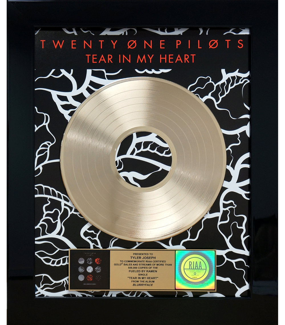 21pilots tear-inmy-heart award photo tyler joseph.jpg
