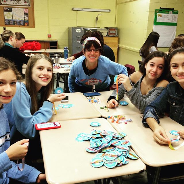 Making 1000 wristbands strong with the North Shore Key Club. Our  little way of giving the gift of healing to thousands of children and families this season! Thank you for the joy and love you put into the project #northshorekeyclub #keyclub #kiwanis @kiwanis #laughcreateheal #happy #joy #service #compassion #helptheworld #love #awesome