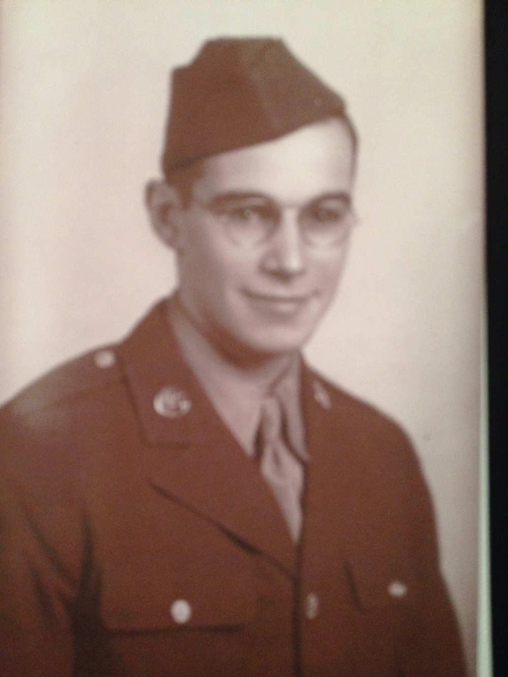 TECHNICAL SERGEANT PAUL E. BOYER IN HIS OFFICIAL ARMY AIR FORCES PHOTOGRAPH.  PHOTO  COURTESY OF PAUL BOYER.