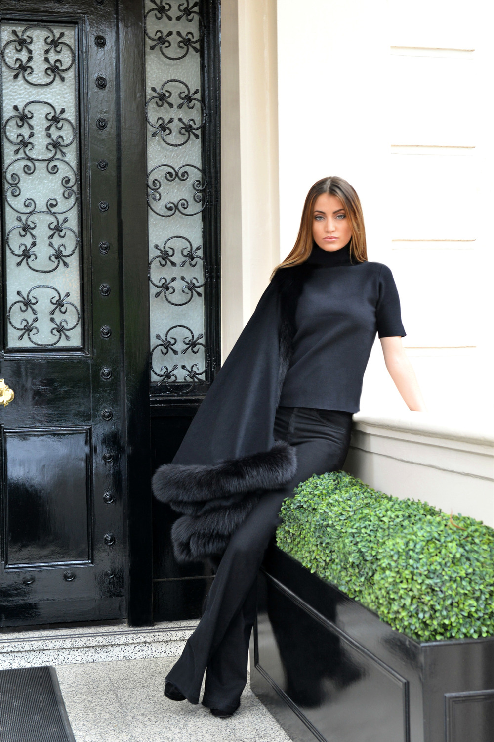 #photo (5) BlackFriday OOTD. Sharp and modern all black look. Ultra soft black cashmere cape with fur. Worn by Fashion Blogger Maureen Sophie Kragt from TheVanillawoods Blog.