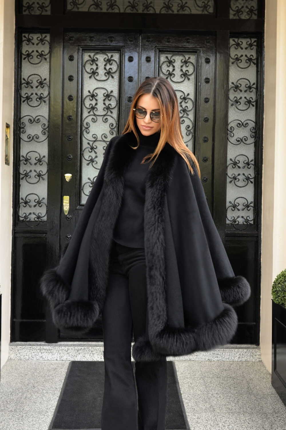 photo (4) #BlackFriday OOTD. Sharp and modern all black look. Ultra soft black cashmere cape with fur. Worn by Fashion Blogger Maureen Sophie Kragt from TheVanillawoods Blog.