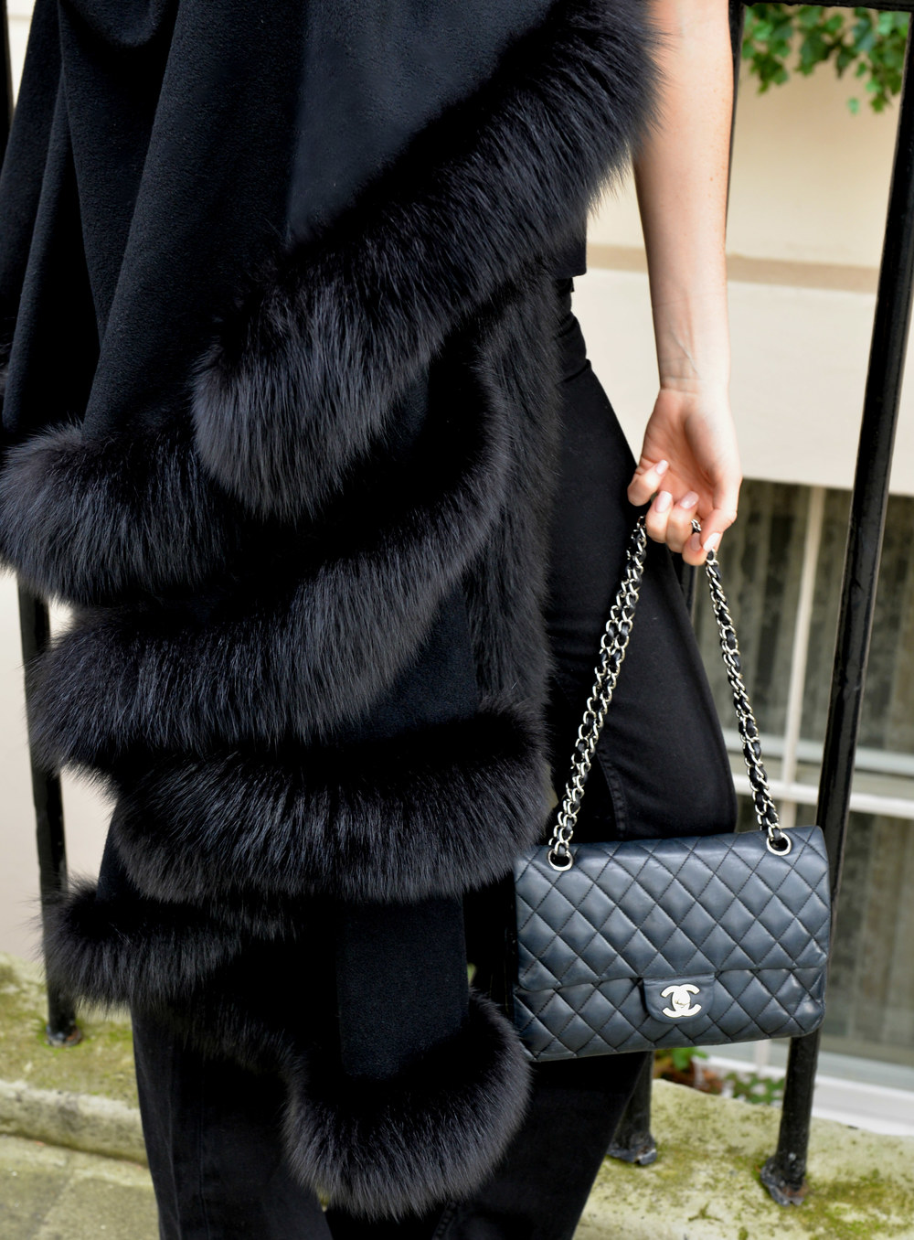 photo (7) #BlackFriday OOTD. Sharp and modern all black look. Ultra soft black cashmere cape with fur. Worn by Fashion Blogger Maureen Sophie Kragt from TheVanillawoods Blog.